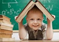 Junge-mit-Buch-auf-Kopf_1
